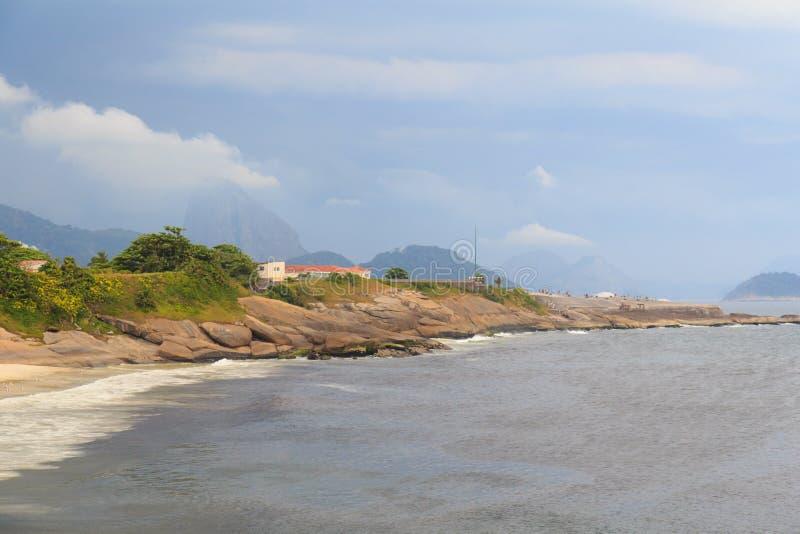 Plage de Diablo (diable) avec la vue de Sugarloaf, Rio de Janeiro images libres de droits