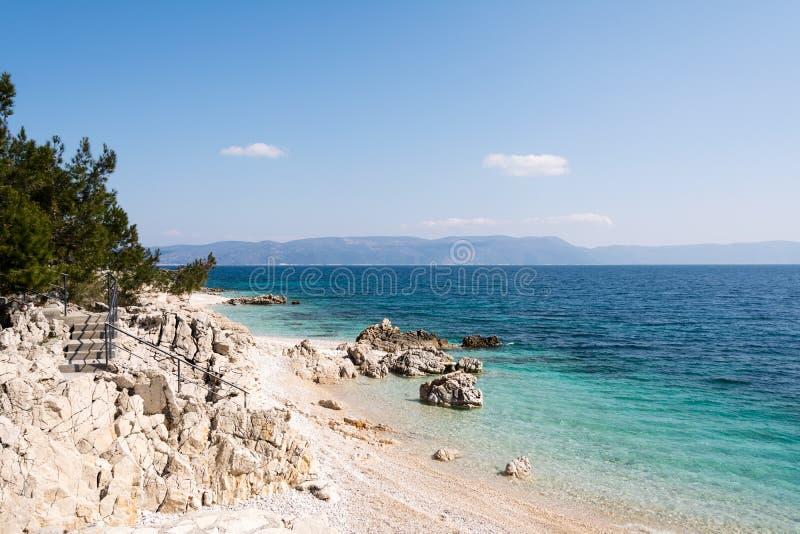 Plage de galets dans Rabac, région d'Istria, Croatie photos stock