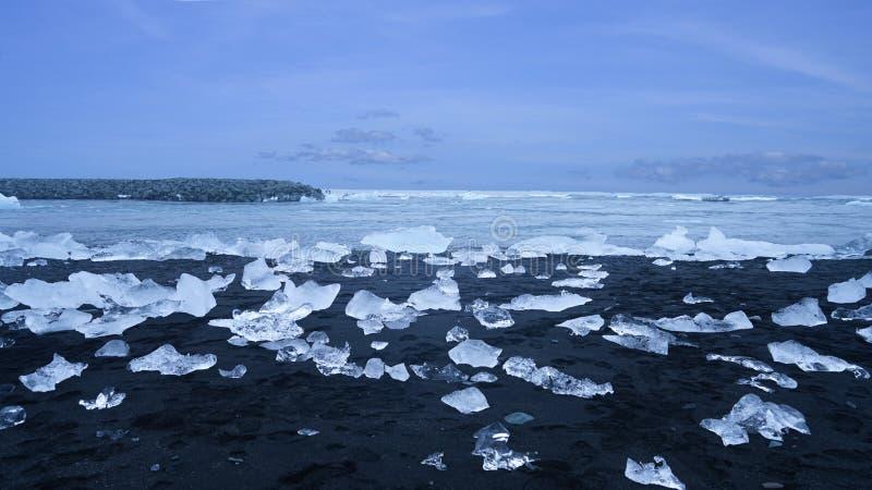 Plage de glace de Jokulsarlon avec la nombreuse roche en cristal blanche de glace photographie stock