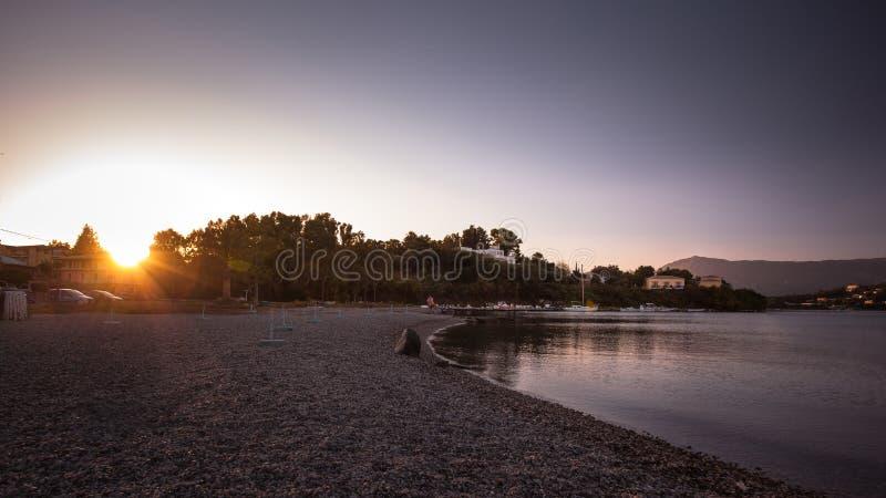 Plage de Gouvia de coucher du soleil d'île de Corfou, Grèce image stock