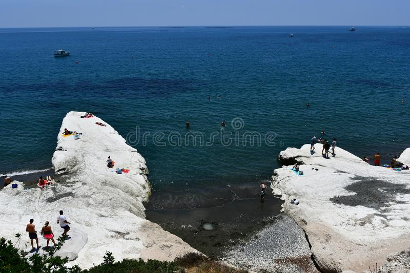 Plage de Governos dans l'heure d'été avec l'enjoyng de personnes la mer image stock