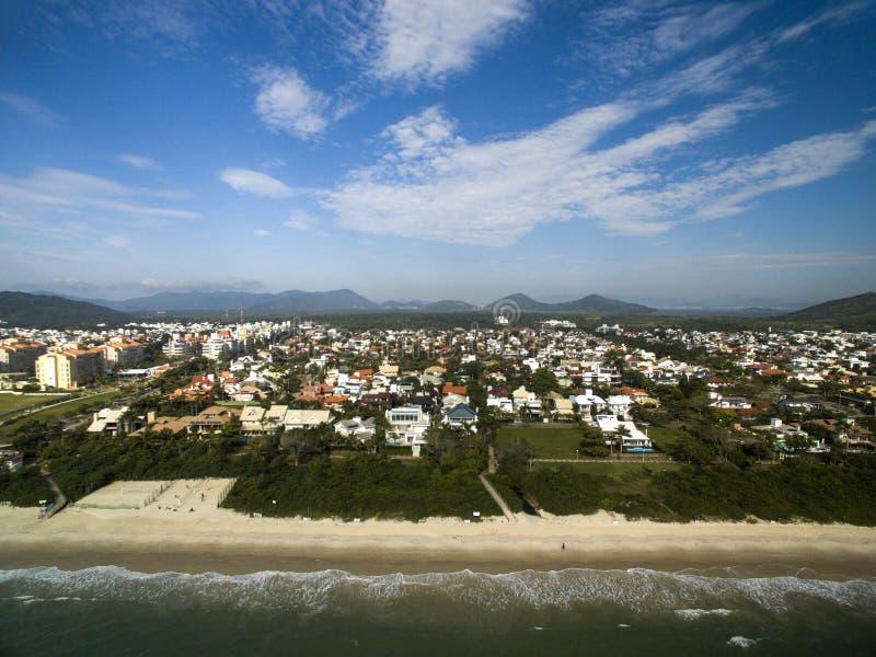 Plage de Jurere de vue aérienne dans Florianopolis, Brésil Juillet 2017 photos stock