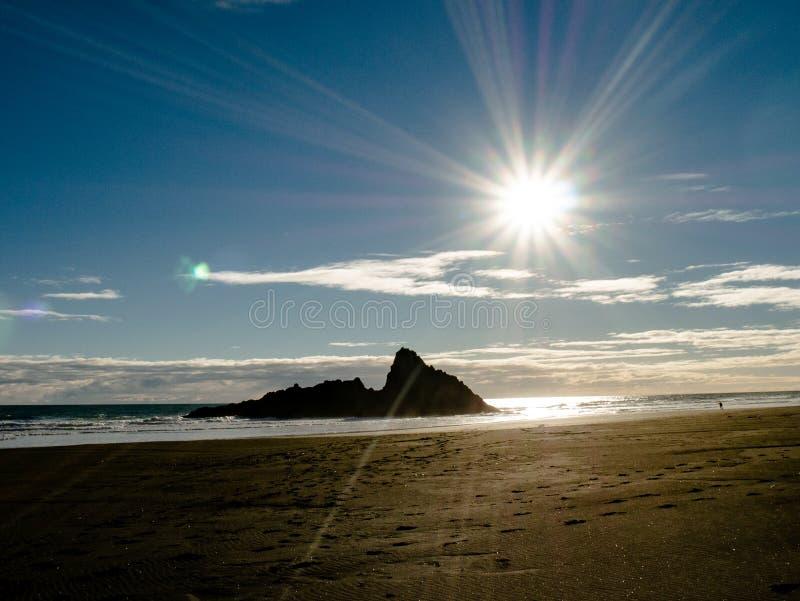 Plage de Karekare près d'Auckland, Nouvelle-Zélande photographie stock libre de droits