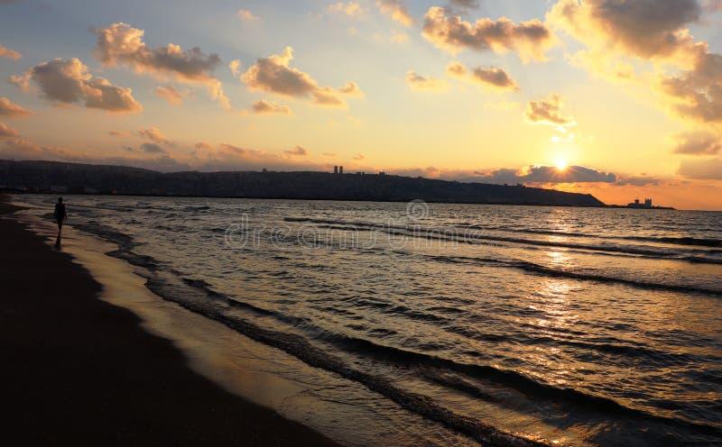 Plage de la baie d'Haïfa au coucher du soleil photos stock