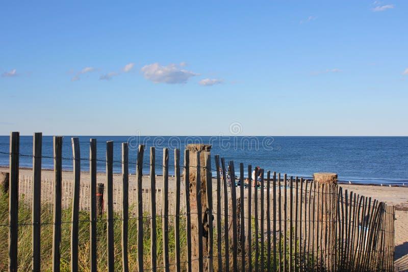 Plage de la Nouvelle Angleterre à travers une frontière de sécurité photographie stock