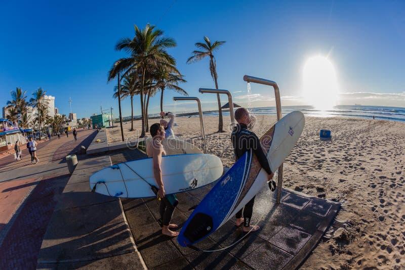 Plage de lavage de surfers de douches d'eau de mer photographie stock libre de droits