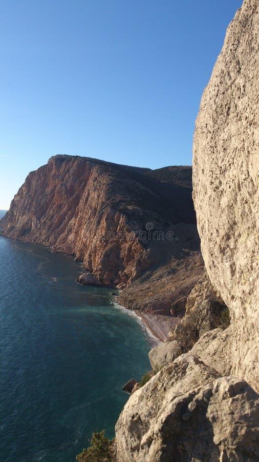 Plage de lave de  de BalaÑ, Crimée du sud, photo verticale photos stock
