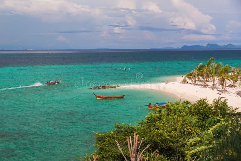Plage de lever de soleil avec le ciel bleu de nuage en île de Koh Lipe image stock
