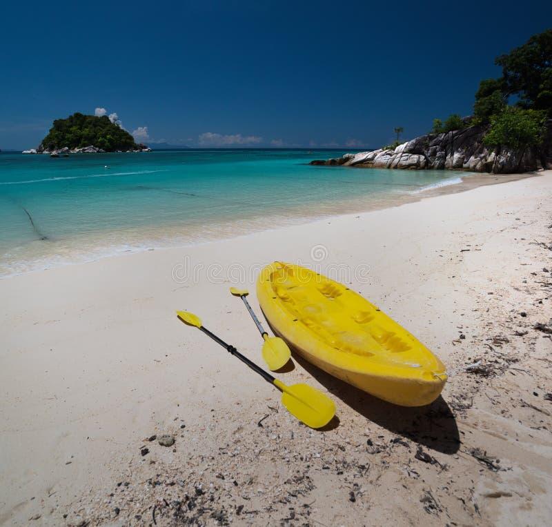 Plage de lever de soleil et kayak, Koh Lipe Island - Thaïlande photos stock