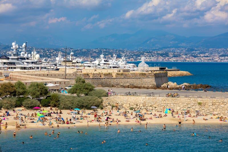 Plage De Los angeles Gravette i marina na tle w Antibes zdjęcia stock