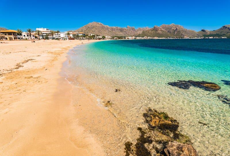 Plage de Majorca de Pollenca, belle baie de bord de la mer, la mer Méditerranée de l'Espagne photographie stock