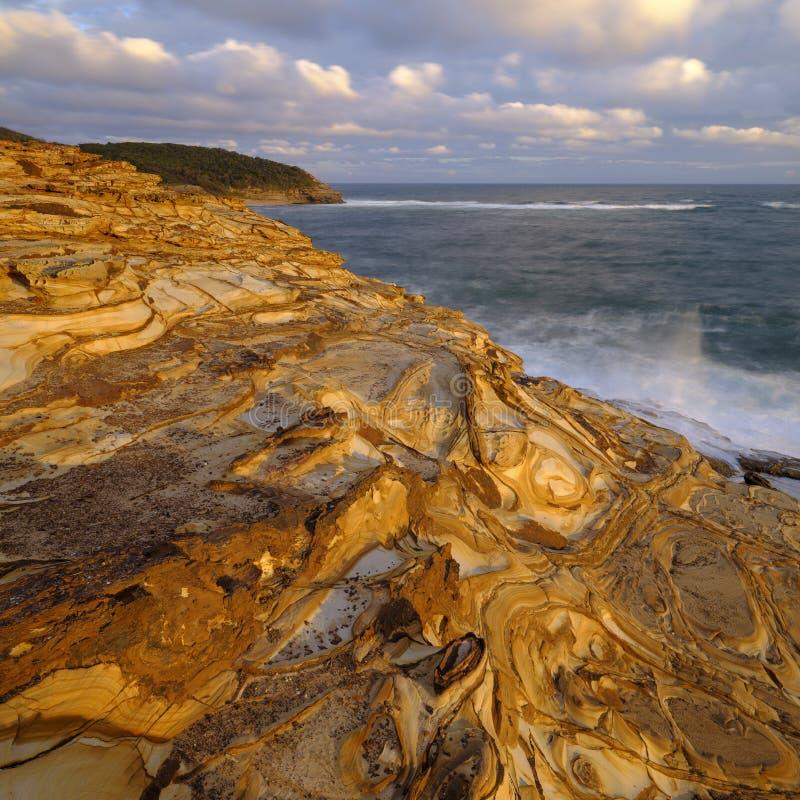 Plage de mastic au coucher du soleil, parc national de Bouddi, c?te centrale, NSW, Australie photos libres de droits