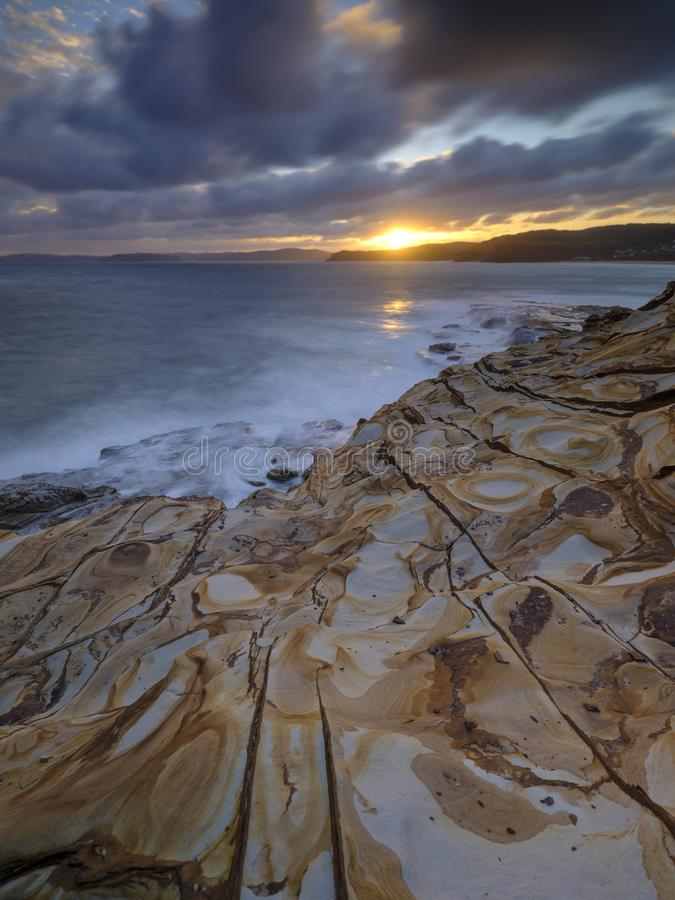 Plage de mastic au coucher du soleil, parc national de Bouddi, c?te centrale, NSW, Australie images libres de droits
