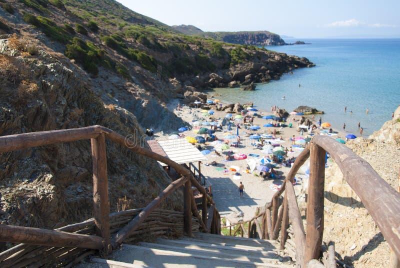 Plage de Masua en île de la Sardaigne, foule dans le jour ensoleillé d'été orientation photos stock