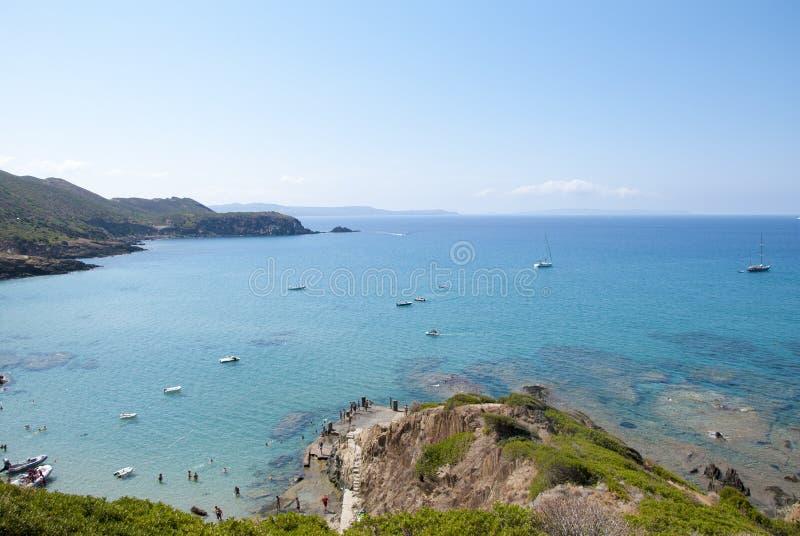 Plage de Masua, Italie - 19 août : La plage de Masua dans Nebida a rappelé dedans photographie stock libre de droits
