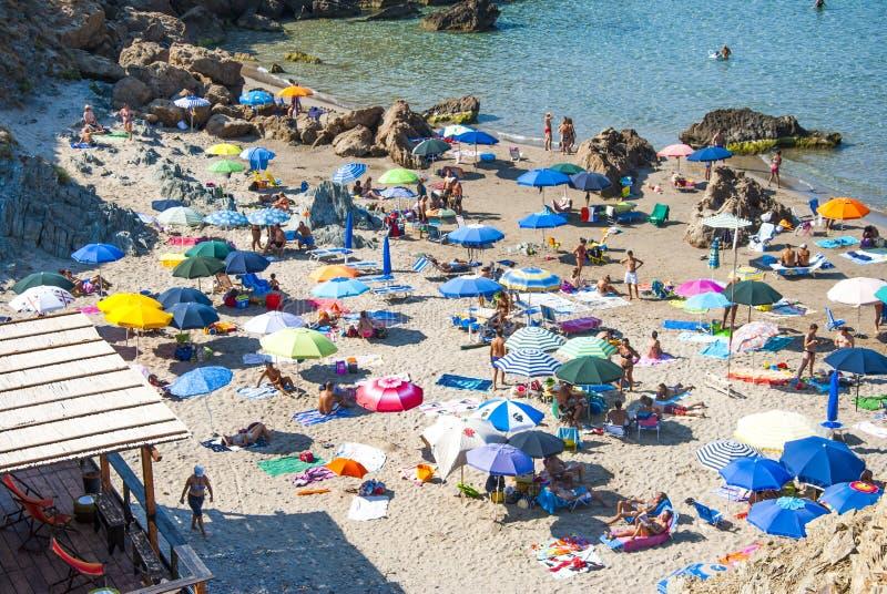 Plage de Masua, Italie - 19 août : La plage de Masua dans Nebida a rappelé dedans photo libre de droits