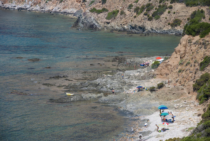 Plage de Masua, Italie - 19 août : Masua a basculé la plage dans l'esprit de Nebida image stock