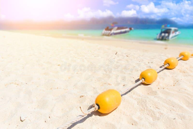 Plage de mer d'été avec les balises jaunes, séparateur de zone de natation de sécurité, images stock