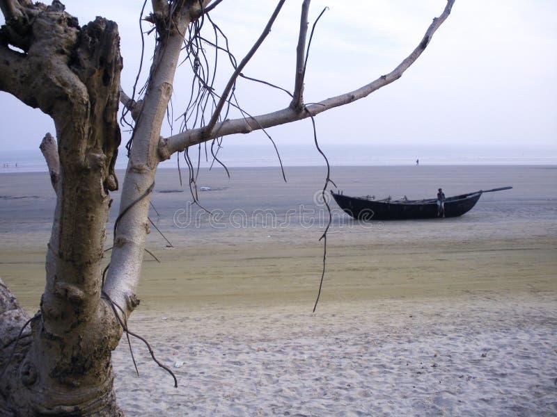 Plage de mer de Mandarmoni, l'eau de marée de attente de bateau, le Bengale-Occidental, Inde photographie stock