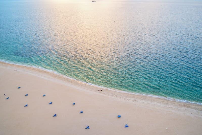 Plage de mer, vue aérienne Poncez la plage et l'eau de mer bleue vues d'en haut Concept de vacances d'été Envie de voyager, voyag photos libres de droits