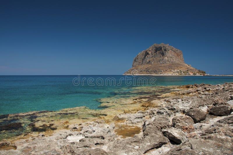 Plage de Monemvasia avec une vue à la péninsule de roche image stock