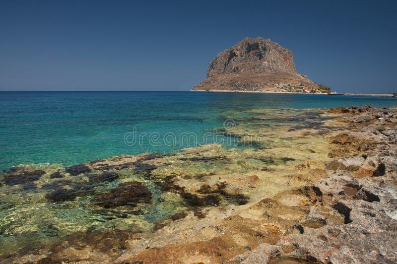 Plage de Monemvasia avec une vue à la péninsule de roche photographie stock libre de droits