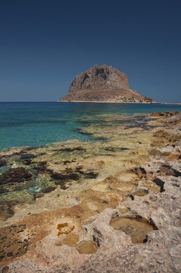 Plage de Monemvasia avec une vue à la péninsule de roche photo stock