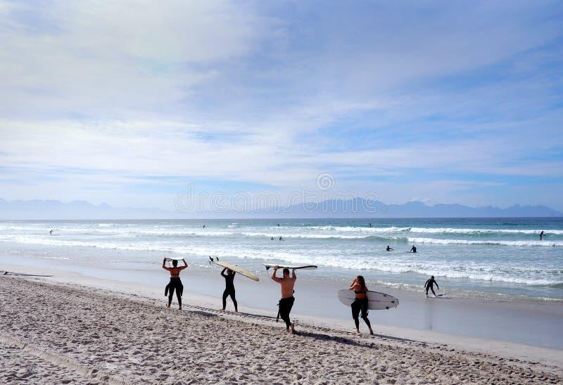 PLAGE de MUIZENBERG, CAPE TOWN, AFRIQUE DU SUD - 9 mars 2018 : La plage de Muizenberg est une tache commune de ressac de matin po images libres de droits