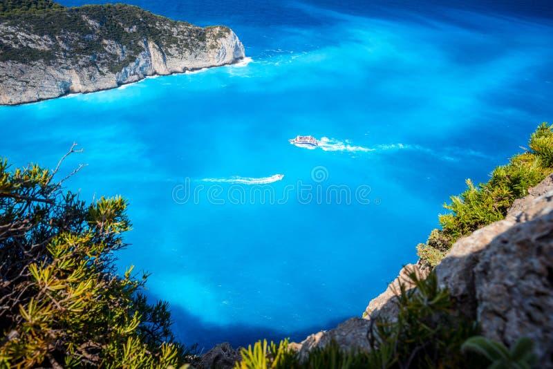 Plage de Navagio, Zakynthos, Grèce Bateaux de touristes de voyage visitant et laissant la baie de naufrage avec la plage de l'eau photos stock