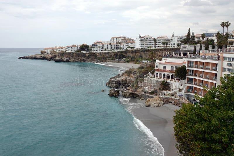Plage de Nerja chez Balcon de Europa en Andalousie, Espagne photos stock