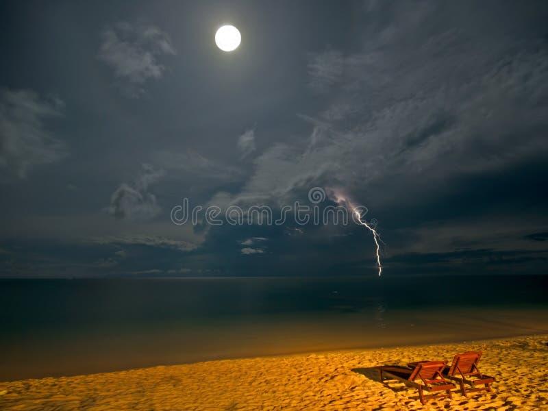 Plage de nuit photo stock
