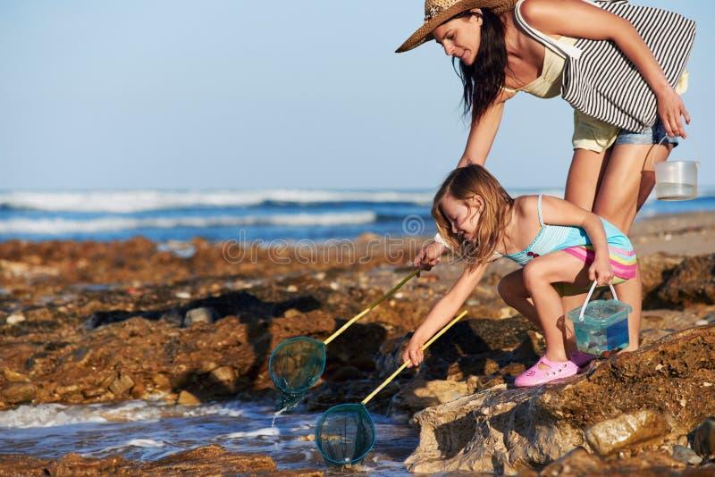 Plage de pêche de fille de mère image libre de droits