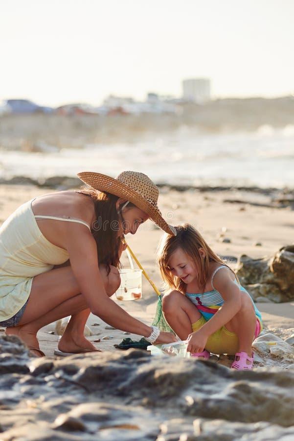 Plage de pêche de fille de mère images libres de droits