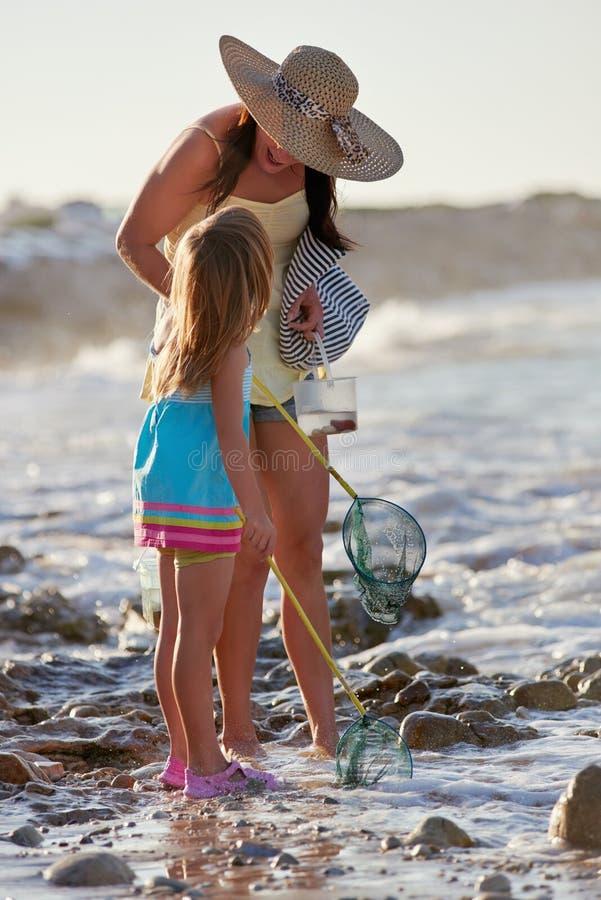 Plage de pêche de fille de mère photo libre de droits