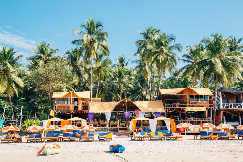 Plage de Palolem avec les palmiers tropicaux dans Goa, Inde images libres de droits