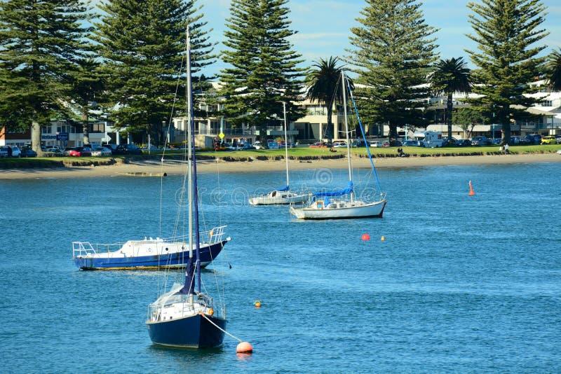 Plage de Papamoa, Papamoa, Nouvelle-Zélande, le 7 juillet 2019 : Club de yacht de Maunganui de bâti image stock