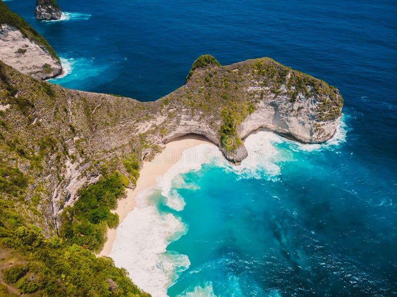 Plage de Paradise Kelingking sur l'île de Nusa Penida Vue aérienne de bourdon images libres de droits