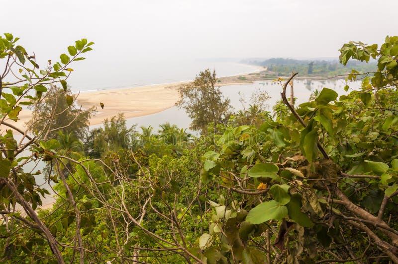 Plage de Paradise par les jungles image libre de droits