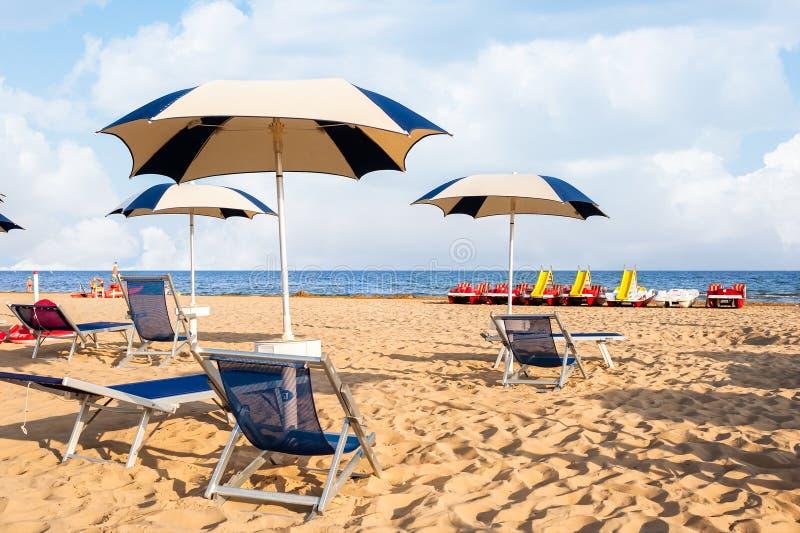 Plage de parapluie pour la détente et la plage réglée du soleil images stock