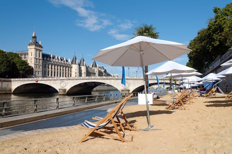 Plage de Paris em Seine River no centro de Paris imagem de stock