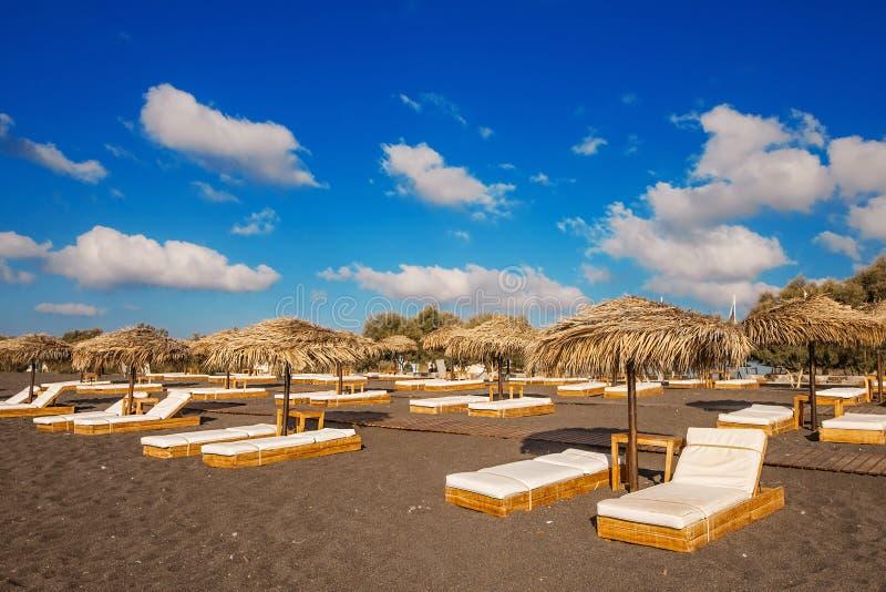 Plage de Perissa (plage noire) sur l'île de Santorini images libres de droits