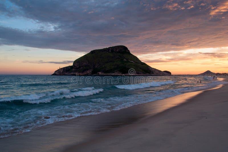 Plage de Recreio par coucher du soleil photo libre de droits