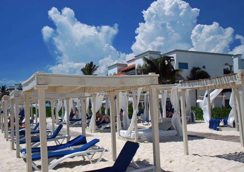 Plage de ressource de luxe en Riviera mexicaine image libre de droits