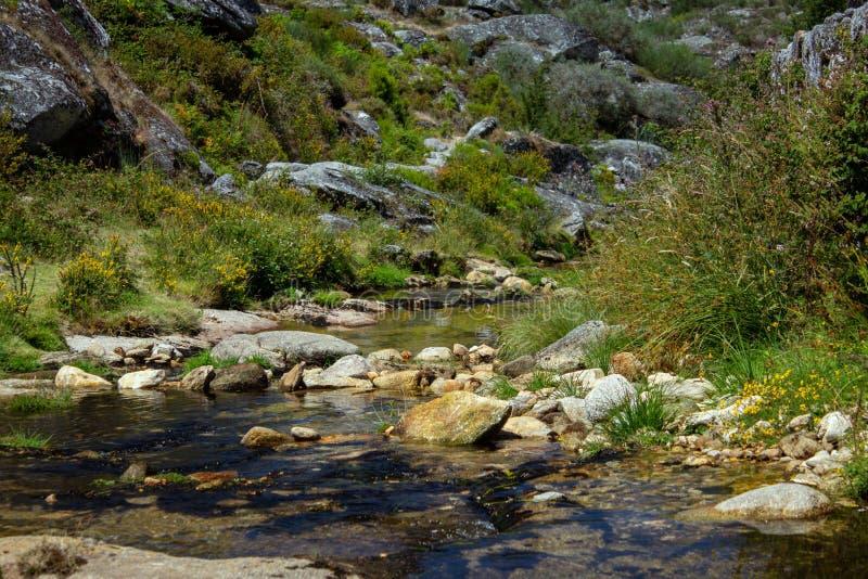 Plage de rivière en montagne portugaise images stock