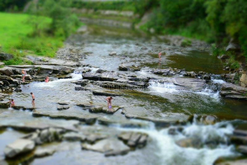 Plage de rivière de montagne images libres de droits