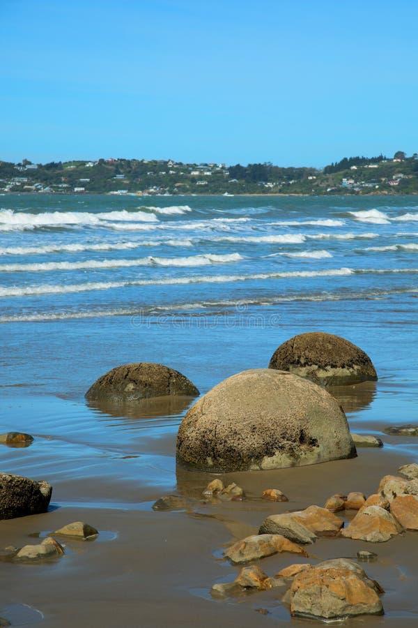Plage de rochers de Moeraki au Nouvelle-Zélande photos stock