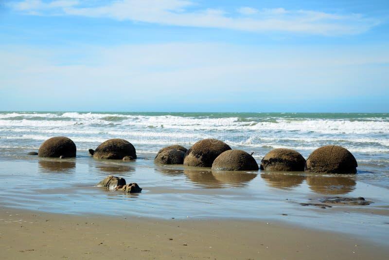 Plage de rochers de Moeraki au Nouvelle-Zélande photo stock
