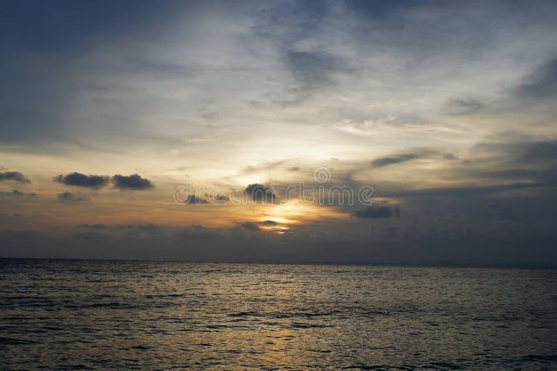 Plage de sable d'océan avec ciel bleu forêt tropicale humide photo libre de droits