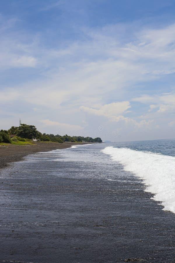 Plage de sable de noir de paysage d'été dans Bali, Indonésie photographie stock libre de droits