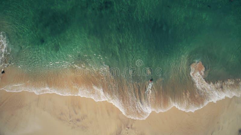 Plage de sable de rose de vue a?rienne et mer en cristal bleue photos libres de droits
